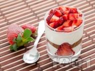 Рецепта Домашен крем за десерт с шоколад, ягоди, кондензирано мляко и течна сметана в чаши